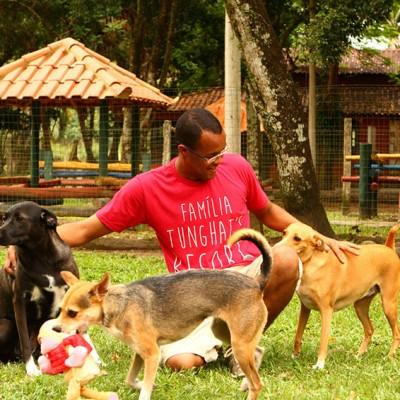 Galeria de Imagens: Estrutura no Tunghat's Resort: Nossos funcionários sempre brincando com os cães...